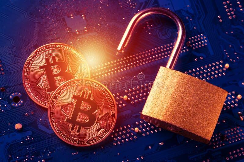 Bitcoins con il lucchetto aperto sulla scheda madre del computer Concetto cripto di sicurezza dell'informazione di segretezza di  immagine stock
