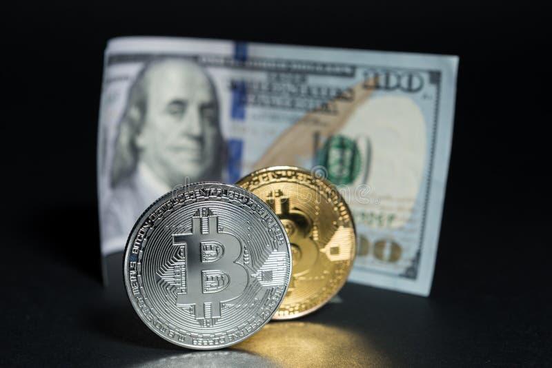 Bitcoins contro il concetto dei dollari immagine stock libera da diritti