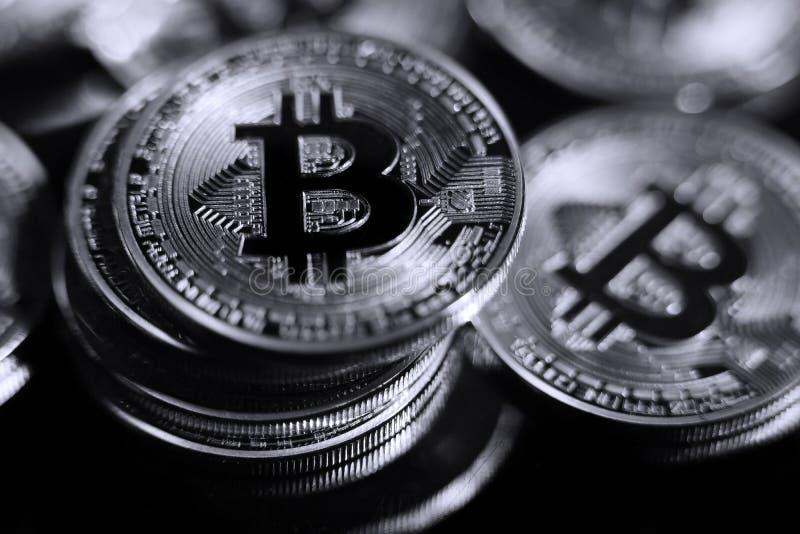 Bitcoins contro un fondo nero immagine stock