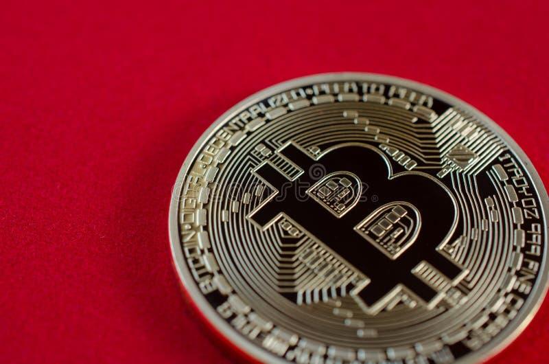 Bitcoins d'or (argent virtuel numérique) sur le fond rouge photo libre de droits