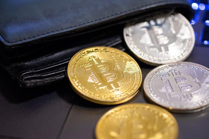 Bitcoins d'or et argentés dans le portefeuille en cuir Bitcoin dans la bourse B?n?fice du mien de cryptos devises photographie stock