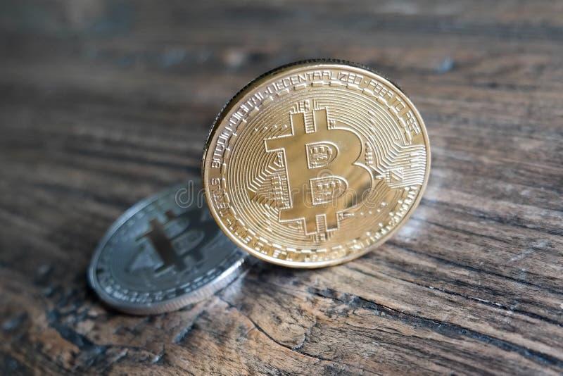 Bitcoins d'or et d'argent photos stock
