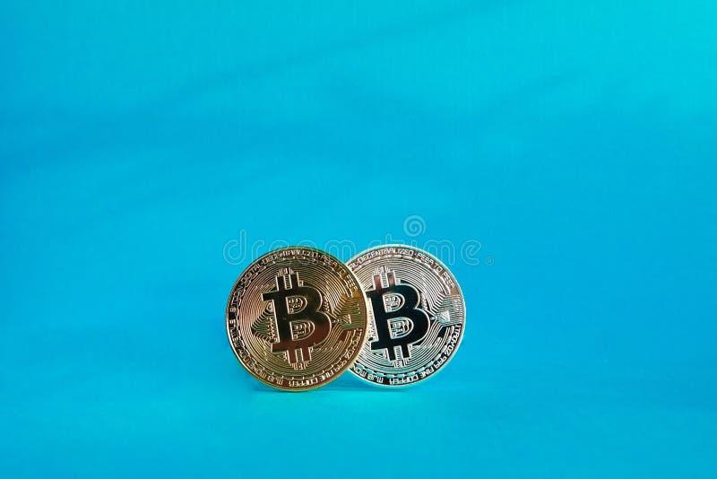 Bitcoins d'or et d'argent d'isolement images stock