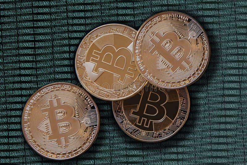 Bitcoins d'or sur le code binaire verdâtre illustration libre de droits