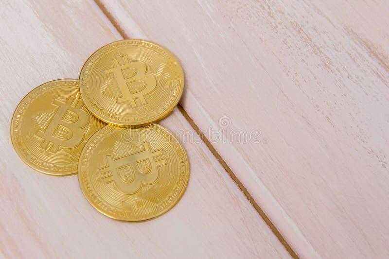 Bitcoins d'or sur le fond en bois en pastel de rose image libre de droits
