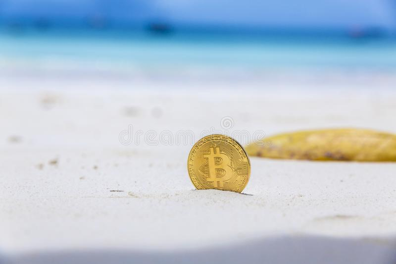 Bitcoins d'or sur un sable de plage photographie stock libre de droits