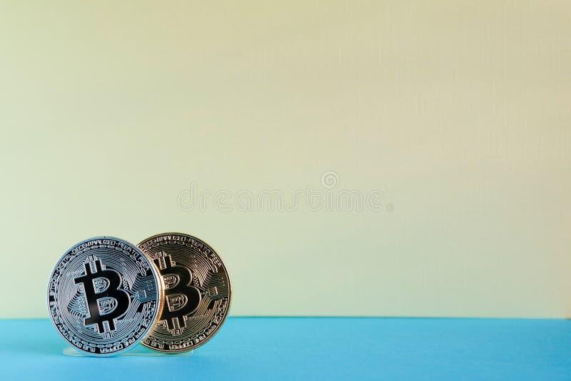 Bitcoins da prata e do ouro imagem de stock
