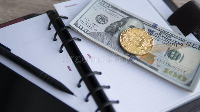 Bitcoins de oro en dólar, cuaderno, tableta y pluma Currebcy crypto de Bitcoin en dólares de EE. UU. Moneda de Digitaces imagen de archivo libre de regalías