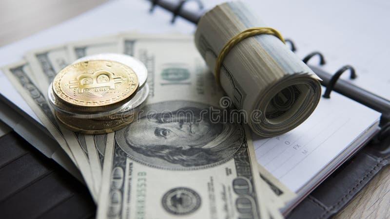 Bitcoins de oro en dólar y cuaderno Currebcy crypto de Bitcoin en dólares de EE. UU. Dinero virtual Monedas del metal de fotos de archivo libres de regalías