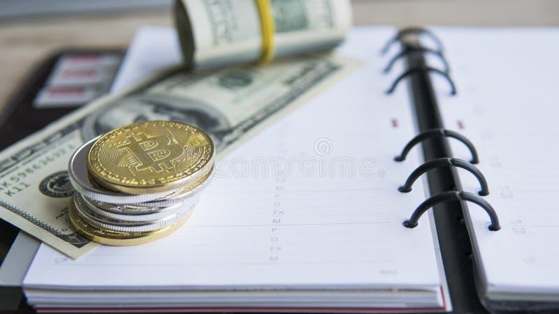 Bitcoins de oro en el top y en dólar y cuaderno Currebcy crypto de Bitcoin en dólares de EE. UU. Dinero virtual Metal fotografía de archivo libre de regalías