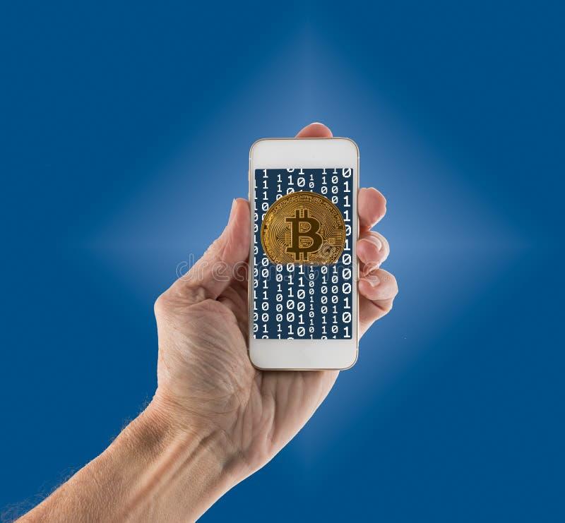 Bitcoins die uit app op handbediende smartphone te voorschijn komen stock afbeelding