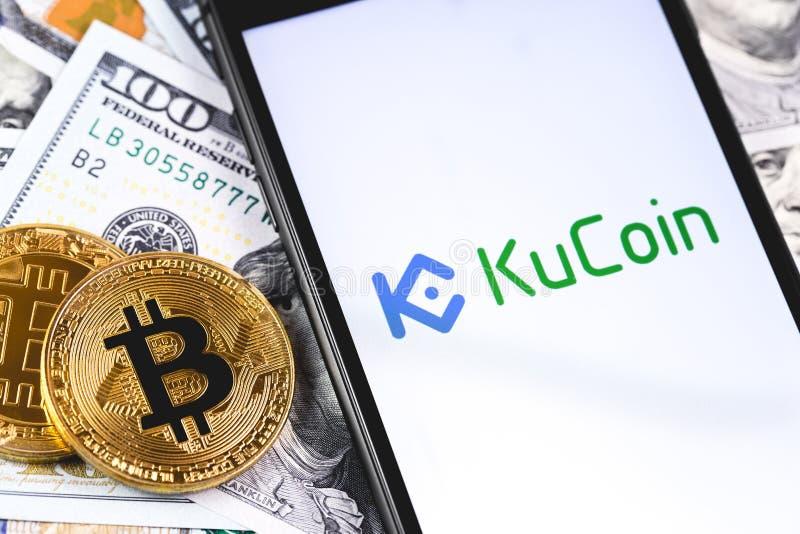Bitcoins, Dollar mit KuCoin-Logo auf dem Schirm Smartphone stockbilder