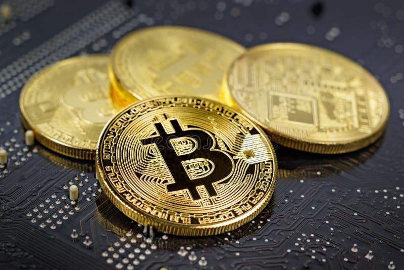 Bitcoins dorati sul primo piano nero del fondo Fondi virtuali Cryptocurrency fotografie stock