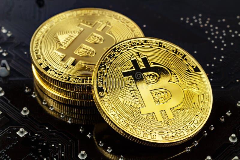 Bitcoins dorati sul primo piano nero del fondo Fondi virtuali Cryptocurrency fotografia stock libera da diritti
