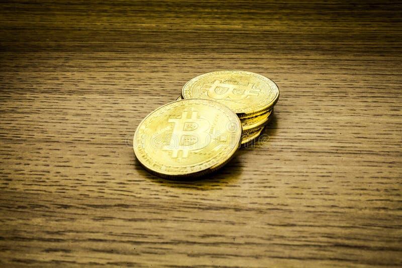 Bitcoins dourados na mesa de madeira, fundo do cryptocurrency imagens de stock