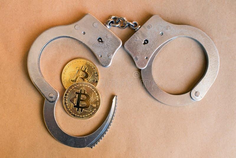 Bitcoins e algemas como um símbolo abstrato do crime que possa h fotografia de stock