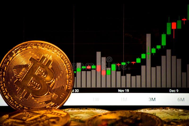Bitcoins e grafico di bitcoin sull'aumento fotografie stock