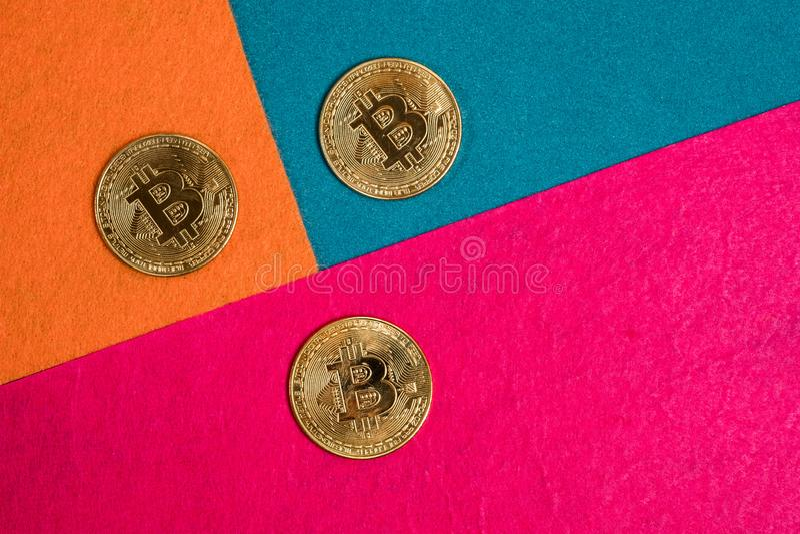 Bitcoins e smartphone dourados Cryptocurrency de Bitcoin fotografia de stock