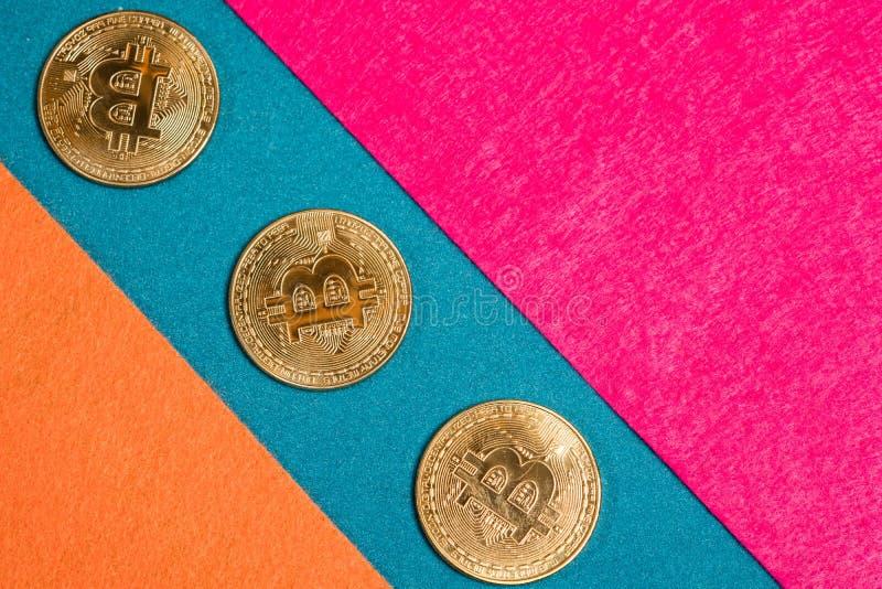 Bitcoins e smartphone dourados Cryptocurrency de Bitcoin foto de stock