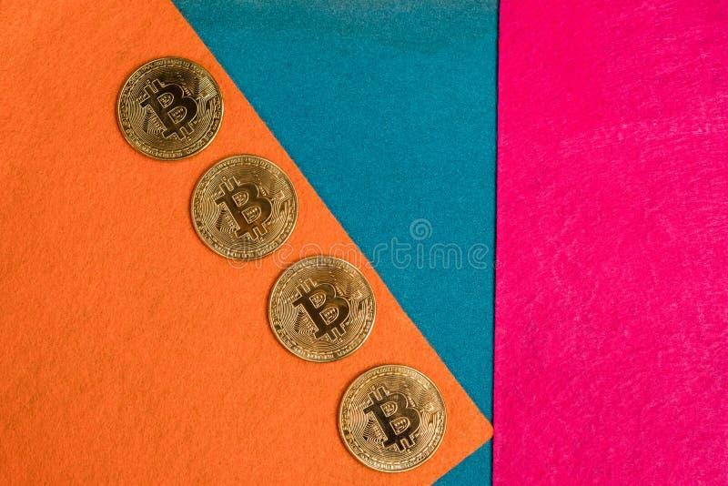 Bitcoins e smartphone dourados Cryptocurrency de Bitcoin imagem de stock royalty free