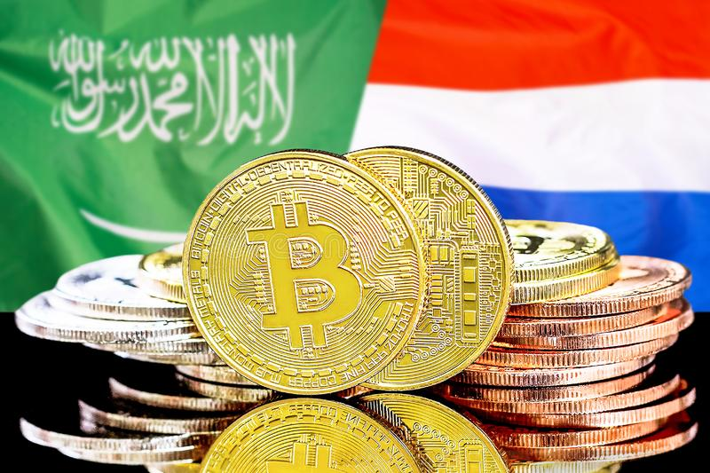Bitcoins em Arábia Saudita e no fundo holandês da bandeira imagem de stock royalty free