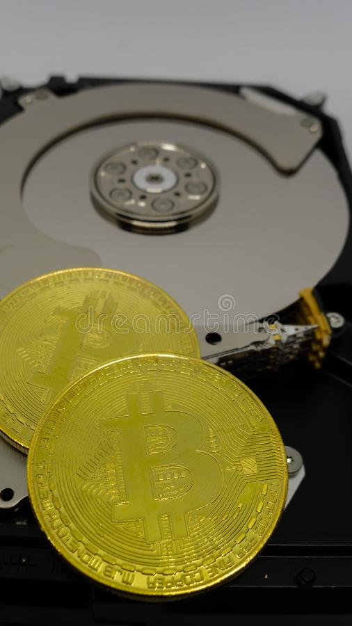 Bitcoins em uma movimentação dura fotos de stock royalty free