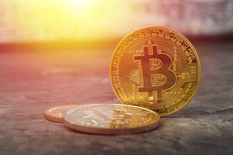 Bitcoins em uma tabela escura fotografia de stock royalty free