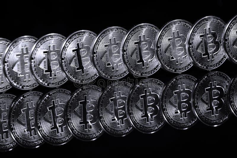 Bitcoins en fila imágenes de archivo libres de regalías