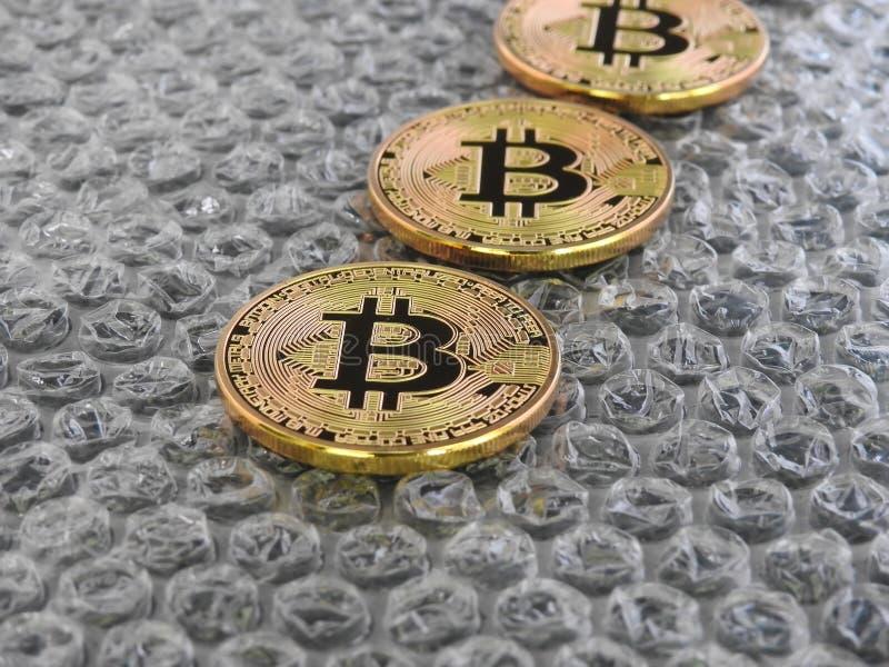 Bitcoins en fondo de la burbuja fotos de archivo
