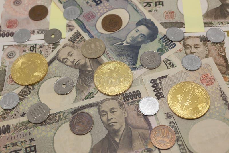 Bitcoins en Japans geld stock afbeeldingen