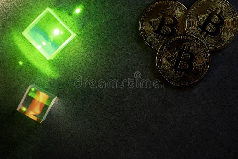 Bitcoins en prisma's royalty-vrije stock afbeelding