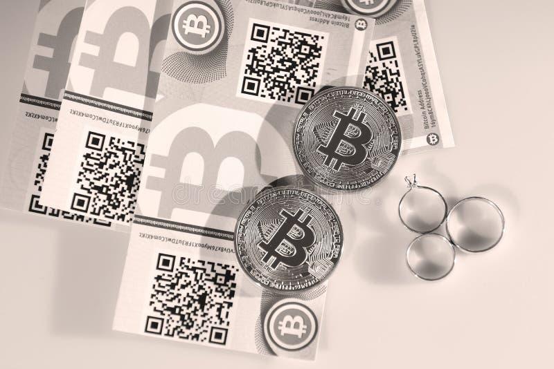 Bitcoins en ringen stock afbeeldingen