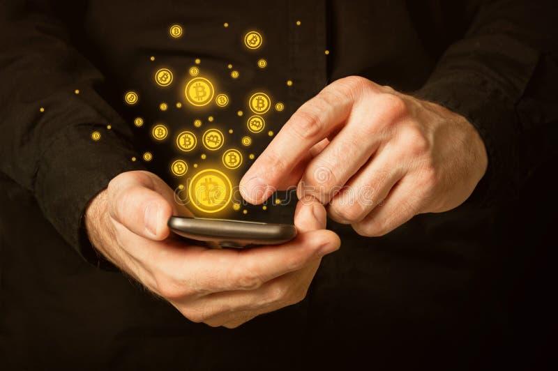 Bitcoins en smartphone fotografía de archivo libre de regalías