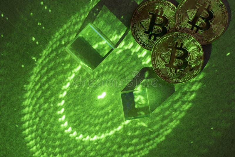 Bitcoins en zeshoeken, prisma's en laserlicht stock afbeelding