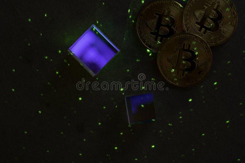 Bitcoins en zeshoeken, prisma's en laserlicht royalty-vrije stock foto