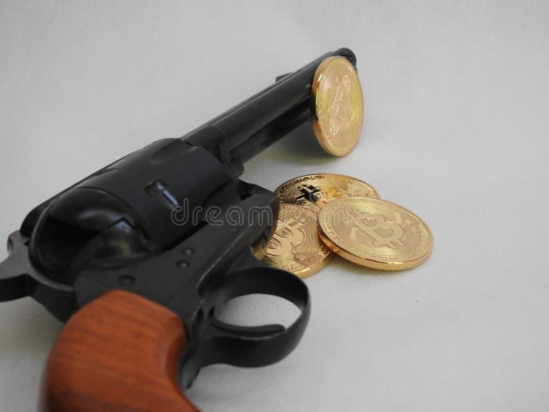 Bitcoins et revolver image libre de droits