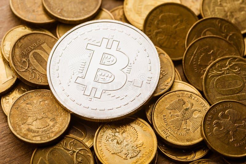 Bitcoins et roubles de pièces de monnaie photos stock