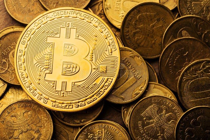Bitcoins et roubles de pièces de monnaie photographie stock libre de droits