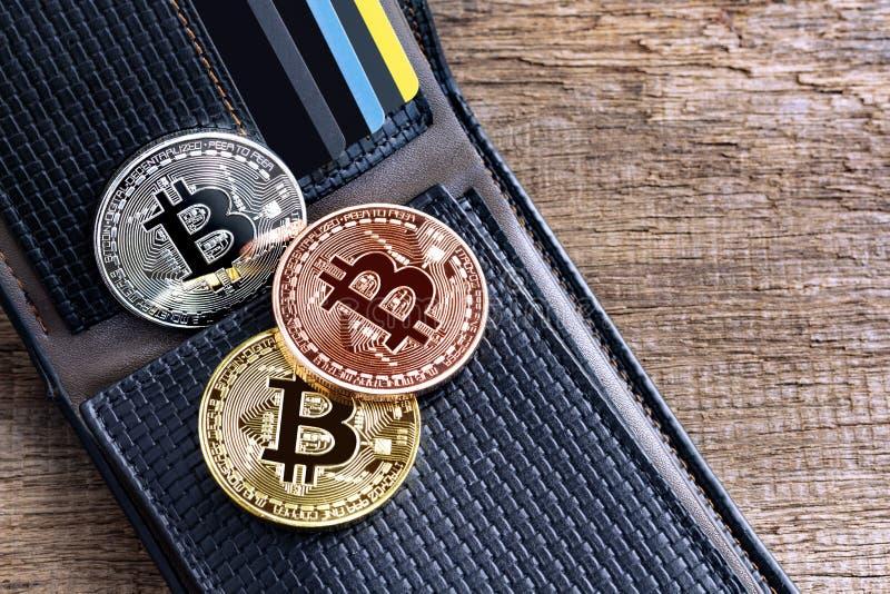 Bitcoins förlade in i läderplånboken på trätabellen faktiskt royaltyfria foton