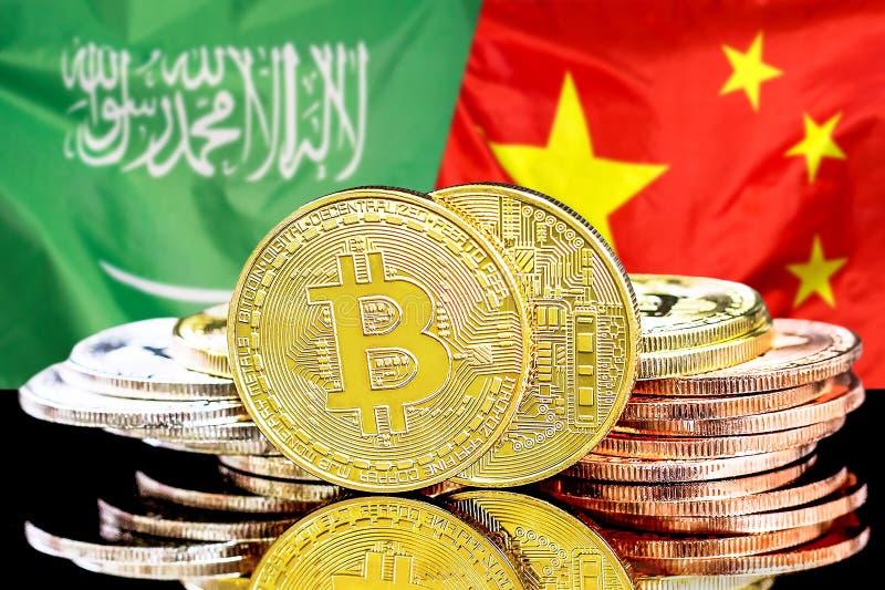 Bitcoins fundo na bandeira de Arábia Saudita e de China foto de stock royalty free