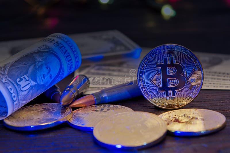 Bitcoins i dolarowi banknoty na drewnianym stole obraz royalty free