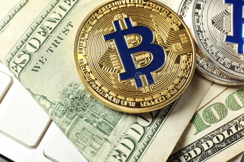 Bitcoins i dolarowi banknoty na pecet klawiaturze, zbliżenie fotografia royalty free