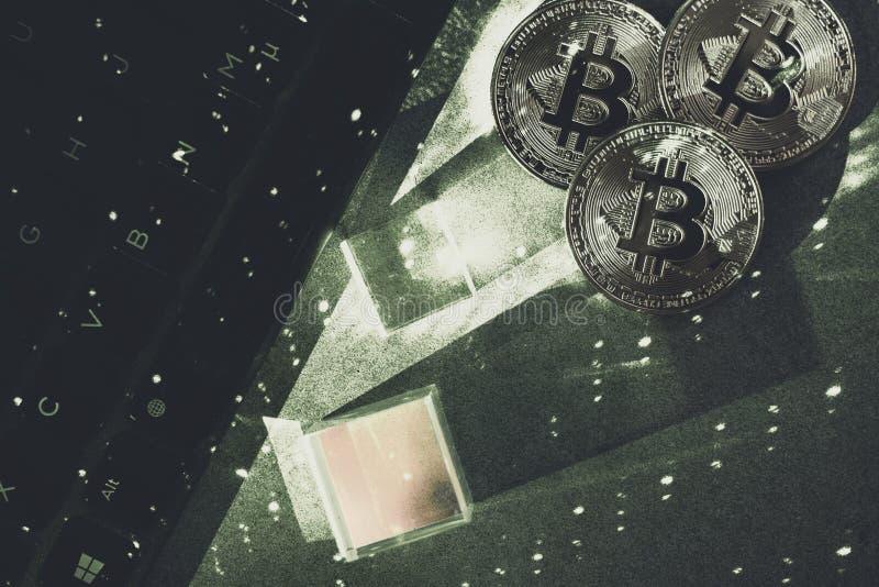 Bitcoins med bärbara datorn och hexagnons Cryptocurrency arkivfoto