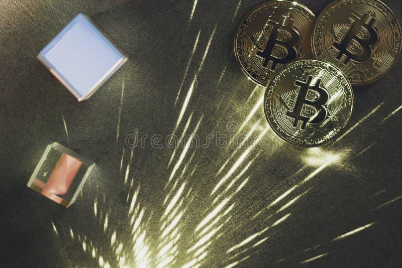 Bitcoins met prisma's royalty-vrije stock fotografie