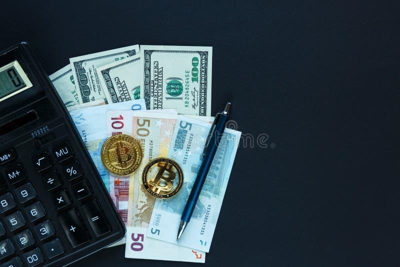 bitcoins - moneda crypto al lado de la calculadora, pluma en fondo real del dinero Comercio electrónico de Internet, seguridad, r foto de archivo libre de regalías