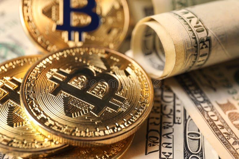 Bitcoins na dolarowych banknotach, zbliżenie zdjęcia royalty free