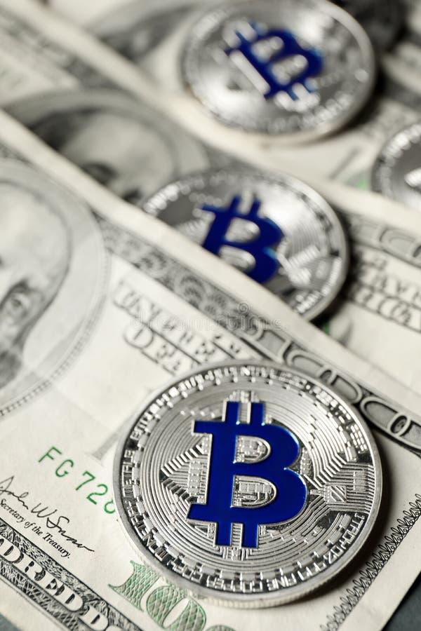 Bitcoins na dolarowych banknotach, zbliżenie obrazy stock