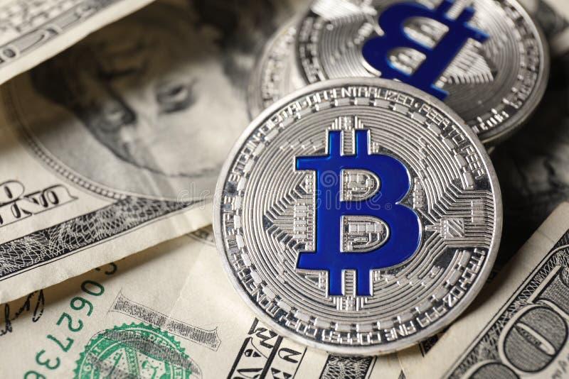 Bitcoins na dolarowych banknotach, zbliżenie zdjęcie stock