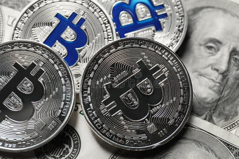 Bitcoins na dolarowych banknotach, zbliżenie obraz stock
