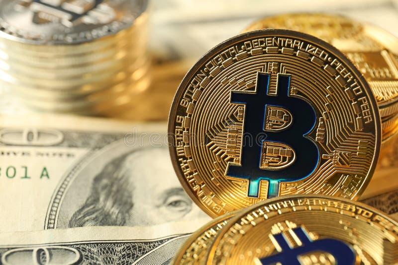 Bitcoins na dolarowych banknotach, zbliżenie fotografia royalty free
